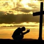 Um jovem ao pé da cruz