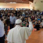 Papa visita escola em periferia de Roma