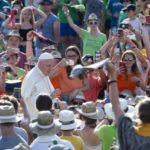 Papa encontra coroinhas de 18 países