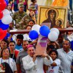 Dom Ulloa carregando a cruz da JMJ com os jovens  (AFP or licensors)
