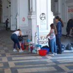 Fiéis se unem para limpar igreja atacada e saqueada no Chile