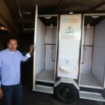 Paróquia cria banheiro móvel para moradores de rua tomarem banho