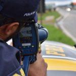 Policial rodoviário com radar móvel | Imagem: Polícia Rodoviária Federal
