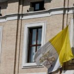 Bandeira do Vaticano a meio-mastro em prédio na Praça Pio XI  (ANSA)