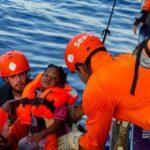 Criança sendo resgatada nas águas internacionais do Mediterrâneo, em julho de 2019  (AFP or licensors)