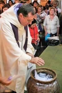 foto bênção pedidos Missa de Cura Padre Eugenio (2)
