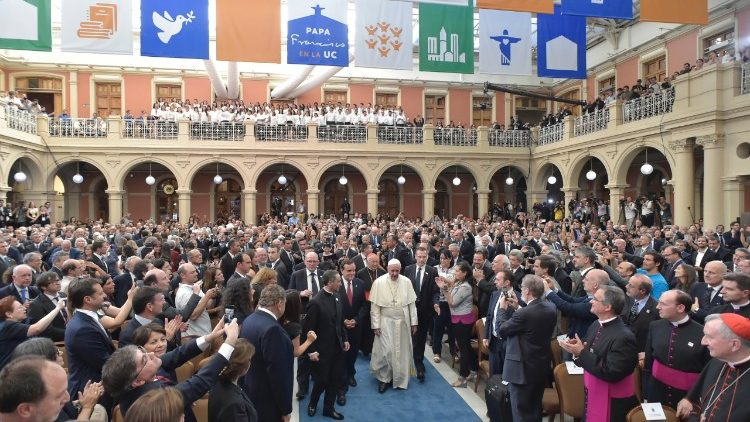 Papa visita PUC do Chile